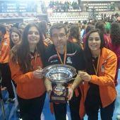 Mario Raúl Dosuna con el trofeo de subcampeón de España juvenil, en 2015, acompañado por las jugadoras Alondra Bivolaru y Laura Hernández, capitanas de aquel equipo.