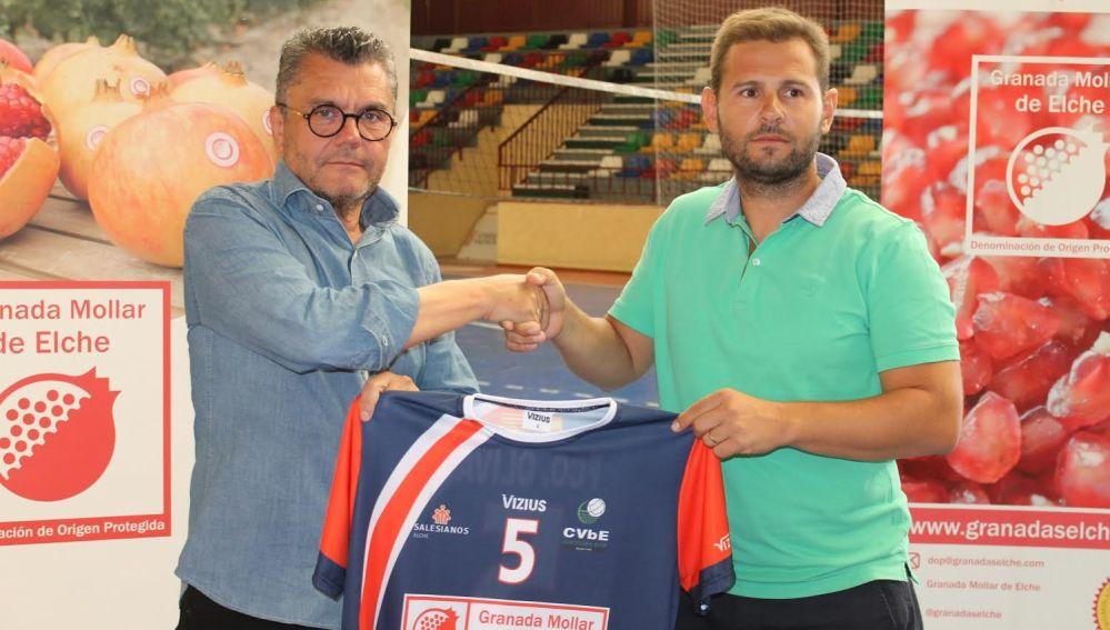 Francisco Oliva, presidente de la Denominación de Origen de la Granada Mollar de Elche, con el presidente del Club Voleibol Elche, David Agulló.
