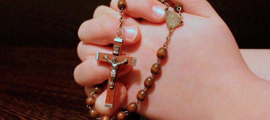 Rezando un rosario