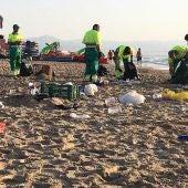 Trabajos de limpieza de una playa de Elche tras la noche de San Juan de 2019.