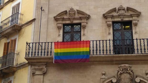 La bandera LGTBI colgada en el Ayuntamiento de Palma