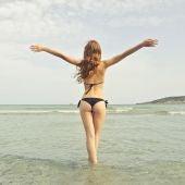 Una mujer con un bikini negro