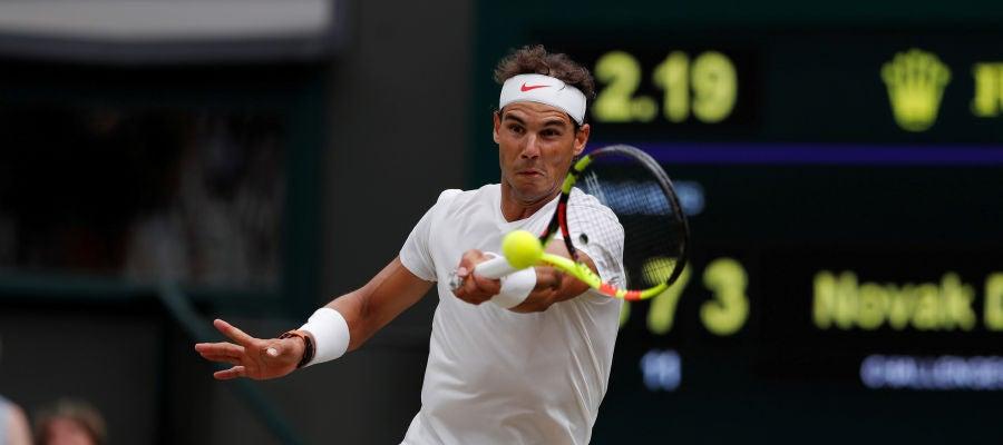 Rafael Nadal disputando un partido en WImbledon 2018