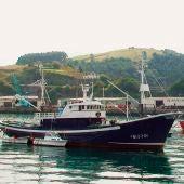 Imagen de dos barcos pesqueros en Bizkaia