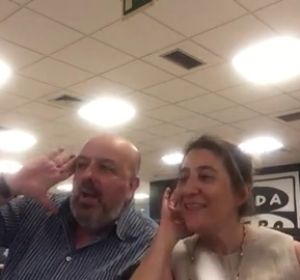 Juan Diego Guerrero y Mamen Rodríguez Sastre versionan 'despacito' en Noticias fin de semana