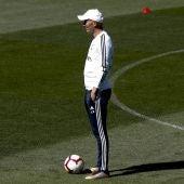 Zinedine Zidane mira a sus jugadores durante el entrenamiento del Madrid