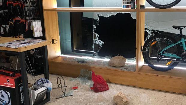 Los ladrones rompieron el cristal de la tienda con cuatro piedras de gran tamaño.