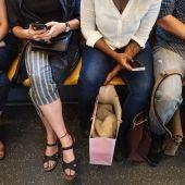 Un grupo de personas viaja en el Metro