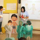 Charla de profesionales sanitarios en un colegio de Elche.