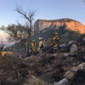 Brigadas terrestres trabajando en el incendio de Alaró.