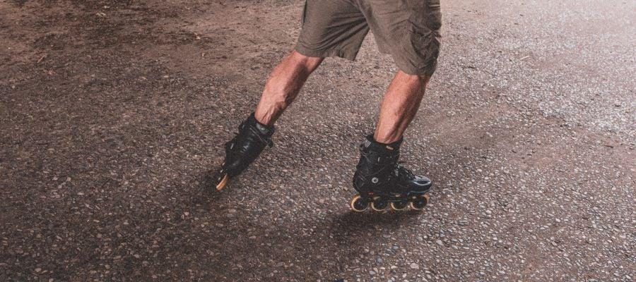 Un joven, con patines por la calle