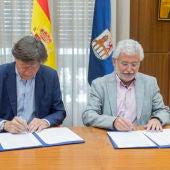 Jose Ramón Lete e Rosendo Fernandez asignando o convenio