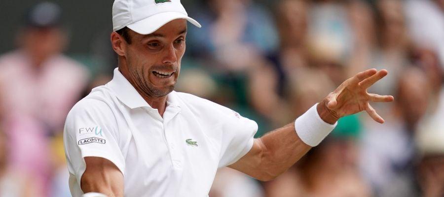 Roberto Bautista devuelve una bola en Wimbledon