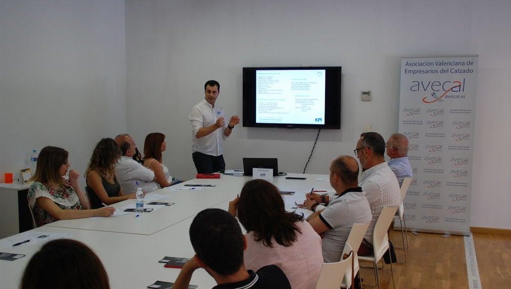 Profesional de KPI Controllers ofreciendo un seminario a empresarios del sector del calzado.