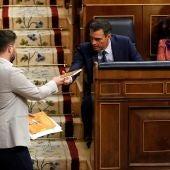 Gabriel Rufián entrega el libro de Oriol Junqueras a Pedro Sánchez