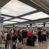 Los pasajeros hacen cola en los controles del aeropuerto de Palma.