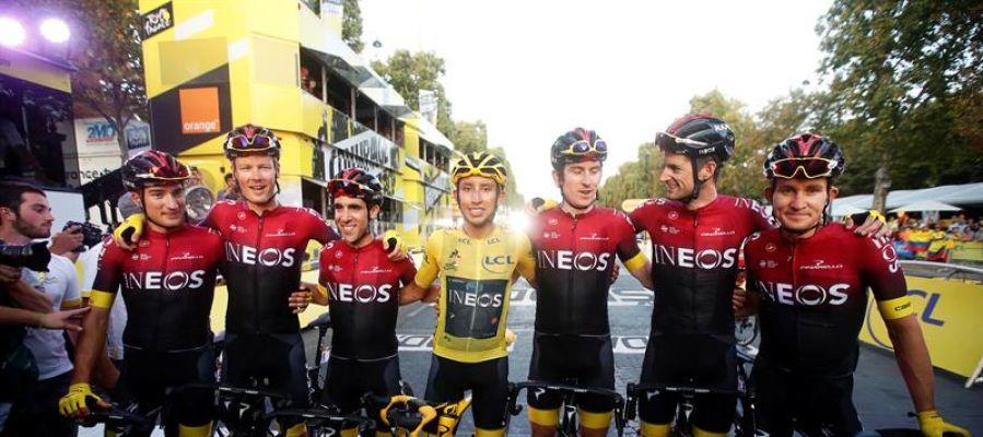 Bernal posa con su equipo tras la victoria en el Tour