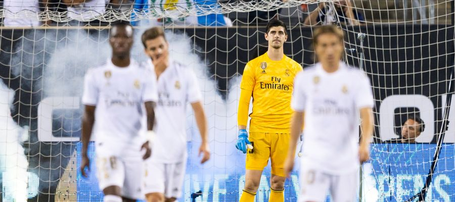 Thibaut Courtois, con gesto serio en un partido del Real Madrid