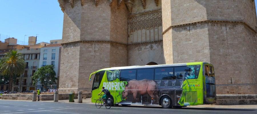 El autobús promocional ya recorre las calles de la ciudad.