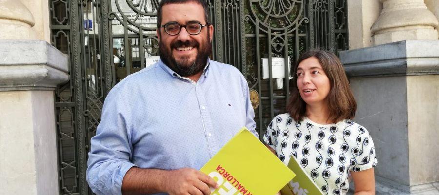 El senador de MÉS per Mallorca, Vicenç Vidal, y la regidora de MÉS per Palma, Neus Truyol, frente al Parlament.