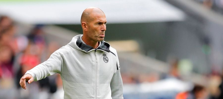 Zidane dando órdenes durante el partido contra el Fenerbahçe