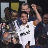 Dani Parejo levanta la Copa del Rey conquistada por el Valencia