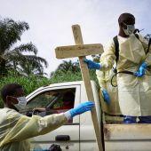Trabajadores sanitarios entierran a las víctimas de ébola en el Congo