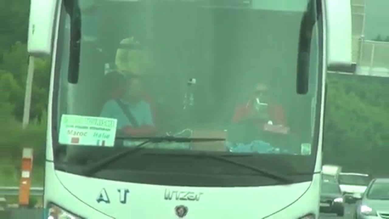 Graban a un conductor leyendo un libro mientras circulaba por una autopista en Francia