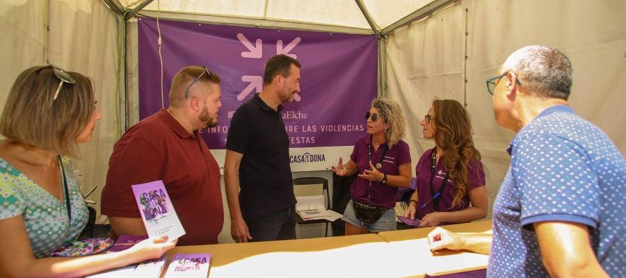 Visita del equipo de gobierno a uno de los 'Puntos Violetas'.