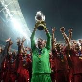 Adrián levanta la Supercopa de Europa
