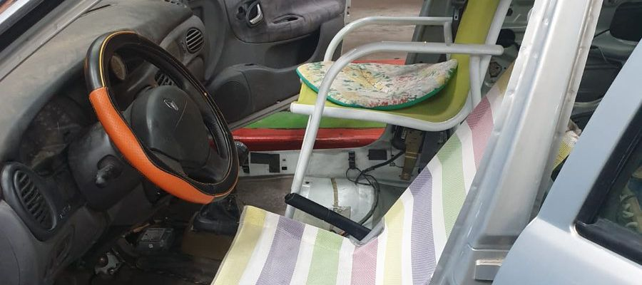 Coche con sillas de playa como asientos