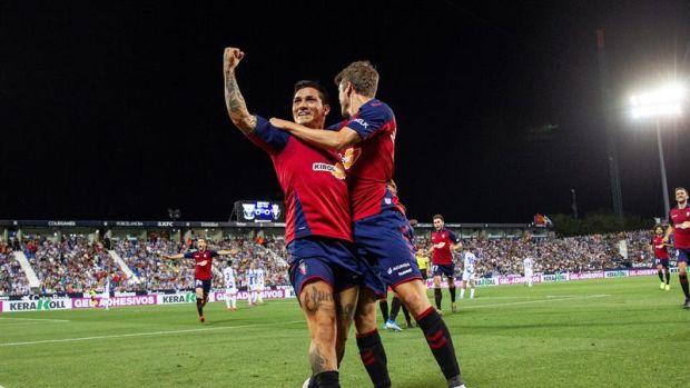 El delantero argentino del Club Atlético Osasuna Ezequiel Chimy Ávila celebra junto a Marc Cardona su gol