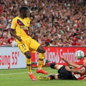 El delantero francés del FC Barcelona Dembélé disputa un balón con el defensa español del Athletic Club de Bilbao, Yuri Berchiche