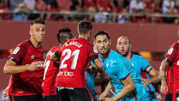 El defensor portugués del S.D Eibar, Paulo Oliveira durante la acción previa donde marcaría el primer gol de su equipo ante el RCD Mallorca