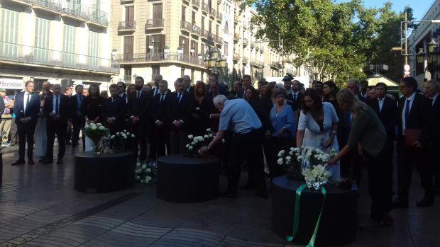 Barcelona homenajea a las víctimas de los atentados en Barcelona y Cambrils con una ofrenda floral