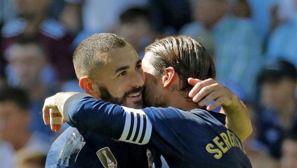 Los jugadores del Real Madrid Karim Benzema y Sergio Ramos celebran el gol marcado por Karim Benzema ante el Celta de Vigo