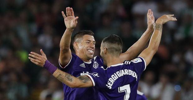 El delantero del Real Valladolid CF Sergio Guardiola celebra su gol, primero del equipo ante el Real Betis.