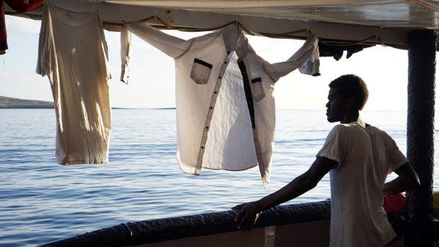 Un migrante mira este domingo desde la cubierta de el buque Open Arms