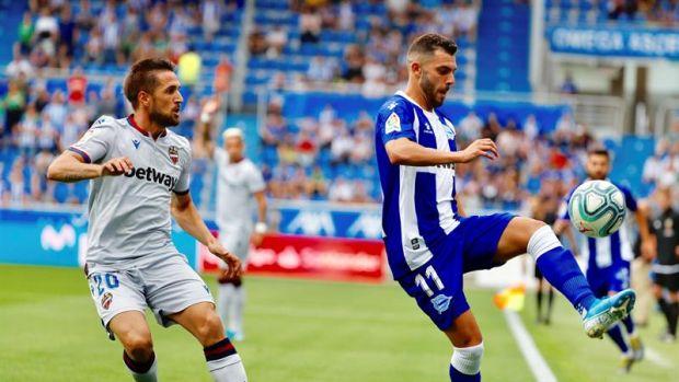 El jugador del Deportivo Alavés, Luis Rioja, controla el balón ante la presión del jugador del Levante U.D Jorge Miramón