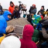 Varias personas se congregan en un 'funeral' a un glaciar en Islandia