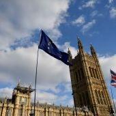 Las banderas del Reino Unido y la Unión Europea ondean a las puertas del Parlamento en Westminster.