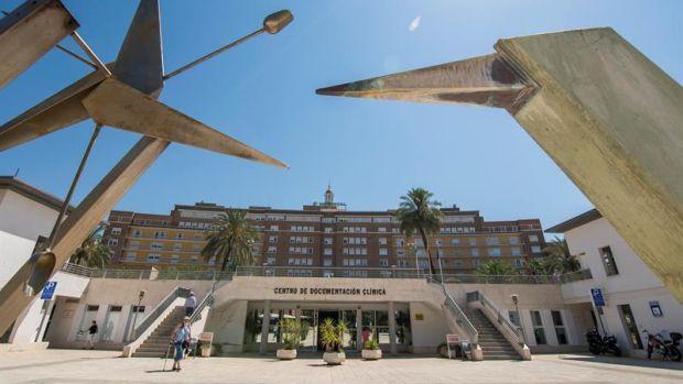 Vista de la fachada principal del Hospital Virgen del Rocío de Sevilla.
