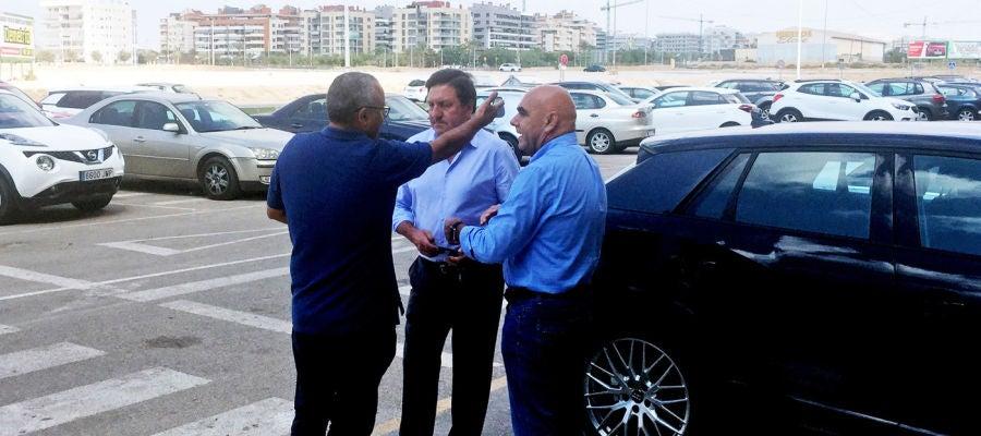 El concejal de Deportes, Vicente Alberola, dialoga con José Sepulcre y Antonio Rocamora en la puerta principal del estadio Martínez Valero.