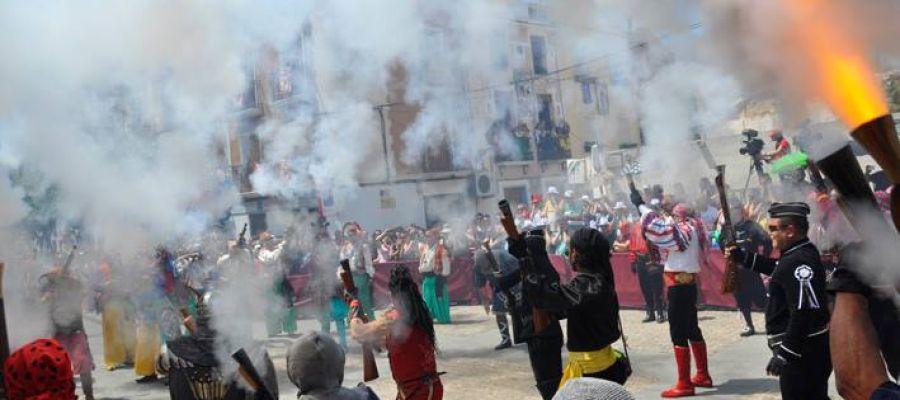 Disparo de arcabuces durante las Fiestas de Moros y Cristianos de Elda.