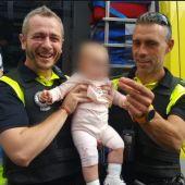 Los dos policías con el bebé
