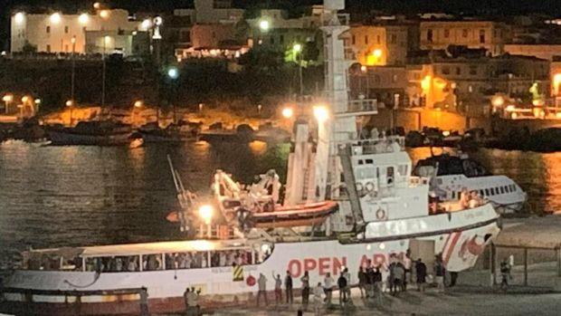 El Open Arms abandona Lampedusa y pone rumbo a Sicilia, tras la decisión de la Fiscalía italiana