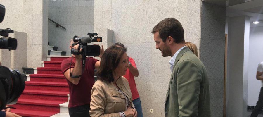 Margarita Robles y Pablo Casado coinciden en Gran Canaria con motivo del incendio