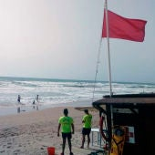 Socorristas en una playa en la que ondea la bandera roja que prohíbe el baño.