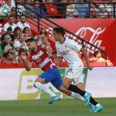Sergio Reguilón perlea un balón ante un jugador del Granada