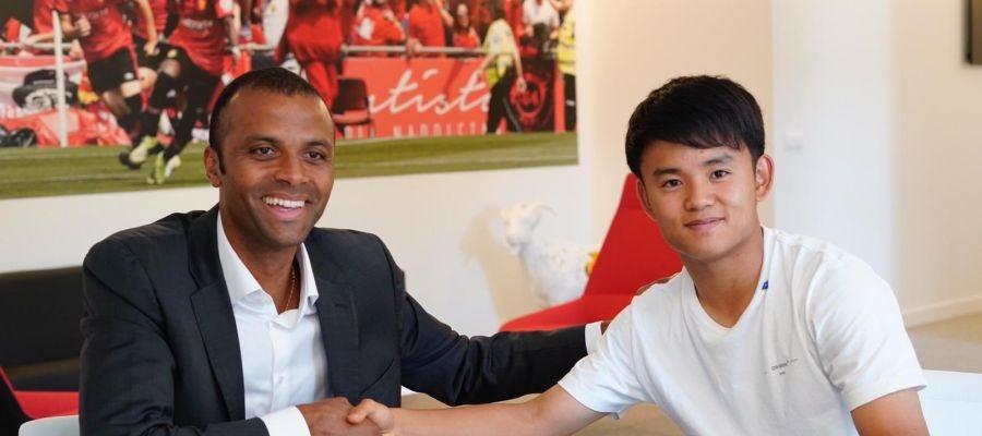 Takefusa Kubo dando la mano a Molango tras oficializar su contrato con el Real Mallorca.